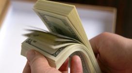 dolares-en-las-manos